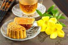 Wyśmienicie mooncake i gorąca herbata z kwiatu żółtymi elementami Obraz Royalty Free