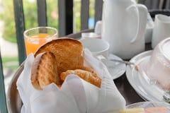 Wy?mienicie na ranku ?wie?ego chleba porcja dla ?niadania zdjęcie stock