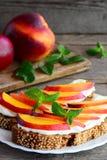 Wyśmienicie nektaryny i kremowego sera grzanki kanapki Domowej roboty otwarte kanapki z kremowym serem i świeżą nektaryną Obrazy Royalty Free