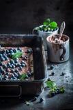 Wyśmienicie opłatki z czekoladową śmietanką i czarnymi jagodami obraz stock