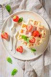 Wyśmienicie opłatki z sproszkowanym cukierem i owoc fotografia royalty free