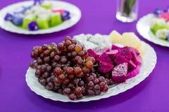 Wyśmienicie owoc, winogrona, smok owoc, melon na białym bo Zdjęcie Royalty Free