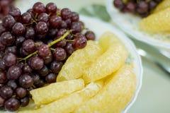 Wyśmienicie owoc, winogrona, smok owoc, melon na białym bo Fotografia Royalty Free