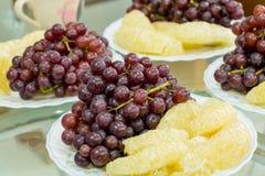 Wyśmienicie owoc, winogrona, smok owoc, melon na białym bo Obrazy Stock