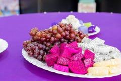 Wyśmienicie owoc, winogrona, smok owoc, melon na białym bo Zdjęcie Stock