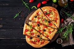 Wyśmienicie owocych morzy mussels i garneli pizza na czarnym drewnianym stole składniki żywności kulinarni włoskich Odgórny widok obraz royalty free