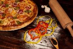 Wyśmienicie owocych morzy mussels i garneli pizza na czarnym drewnianym stole składniki żywności kulinarni włoskich Odgórny widok fotografia royalty free