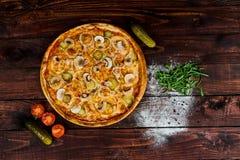 Wyśmienicie owocych morzy mussels i garneli pizza na czarnym drewnianym stole składniki żywności kulinarni włoskich Odgórny widok zdjęcie royalty free