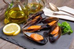 Wyśmienicie owocych morzy mussels z pietruszką i cytryną obraz stock