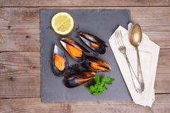 Wyśmienicie owocych morzy mussels z pietruszką i cytryną obrazy stock