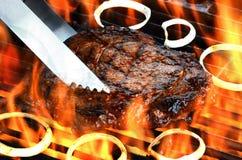 Wyśmienicie płomień podpiekający ziobro oka stek na płomiennym grillu Fotografia Royalty Free