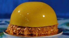 Wyśmienicie piękny tort z żółtym mrożeniem Lustrzany glazerunek na tortowej round sesi mousse yellow zbiory