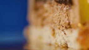 Wyśmienicie piękny tort z żółtym mrożeniem Lustrzany glazerunek na tortowej round sesi Tort z żółtym mrożeniem wewnątrz zbiory wideo