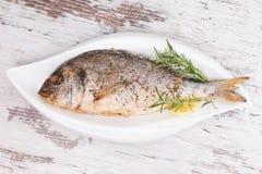 Piec na grillu ryba na talerzu, odgórny widok. Zdjęcia Royalty Free