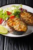 Wyśmienicie piec na grillu jesiotrów stki z świeżego warzywa sałatką w górę talerza dalej pionowo zdjęcie royalty free