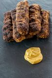 Wyśmienicie piec na grillu minced mięśni rolek mici ori mititei romanian i Balkan tradycyjnych naczyń słuzyć z musztardą na czarn zdjęcia royalty free