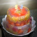 Wyśmienicie, piec rocznicowy urodzinowy tort z owoc, truskawki, czarne jagody, wiśnie, kiwi, smok owoc, czerwieni galareta Obrazy Stock