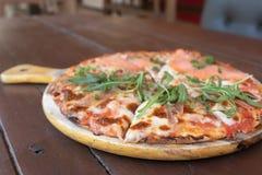 Wyśmienicie Piec Włoska Łososiowa pizza na Drewnianym stole Zdjęcia Stock