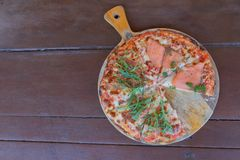 Wyśmienicie Piec Włoska Łososiowa pizza na Drewnianym stole Fotografia Royalty Free