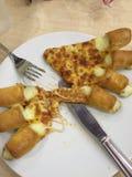 Wyśmienicie pizza z tandetnymi kąskami Fotografia Royalty Free