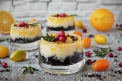 Wyśmienicie pomarańczowy cheesecake w szklanym ramekin zdjęcie royalty free