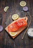 Wyśmienicie porcja polędwicowa z aromatycznymi ziele, pikantność, warzywa, dieta i kulinarny pojęcie świeży łosoś, - zdrowy jedze Obrazy Stock