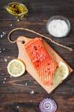 Wyśmienicie porcja polędwicowa z aromatycznymi ziele, pikantność, warzywa, dieta i kulinarny pojęcie świeży łosoś, - zdrowy jedze Zdjęcie Stock