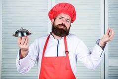 Wyśmienicie posiłek prezentacja Szczegółowy przygotowanie i ostrożny prezentacja posiłek Mężczyzny kapelusz i fartucha chwyta pos obraz stock