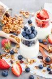 Wyśmienicie prosty jogurt z świeżą czarną jagodą i truskawką w a Zdjęcia Stock