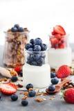 Wyśmienicie prosty jogurt z świeżą czarną jagodą i truskawką w a Obraz Royalty Free