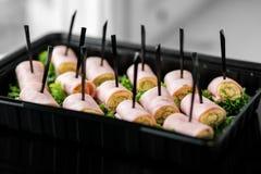 Wyśmienicie przekąski od baleronu i sałaty w lunchu pudełku Pojęcie dla jedzenia, catering, restauracja, przyjęcie zdjęcia stock