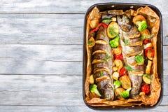 Wyśmienicie pstrąg ryba piec na grillu z grulami, brokuły, cytryna Zdjęcie Royalty Free