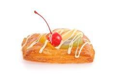 Wyśmienicie ptysiowy ciasto z śmietanką i owoc Fotografia Royalty Free