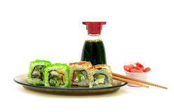 Wyśmienicie rolki z węgorzem, łososiem i avocado na talerzu na bielu, Obraz Stock
