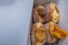 Wy?mienicie S?odcy donuts, kremowy plombowanie W papierowym pude?ku w targowej piekarni obrazy stock