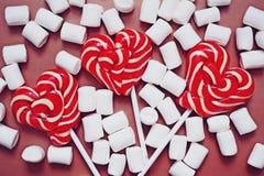 Wyśmienicie słodcy lizaki i marshmallows zdjęcia stock