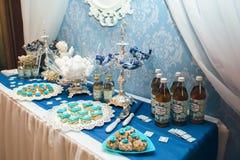 Wyśmienicie słodki bufet z babeczkami fotografia royalty free