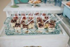 Wyśmienicie słodki bufet z babeczkami Słodki wakacyjny bufet z babeczkami i innymi deserami obraz stock