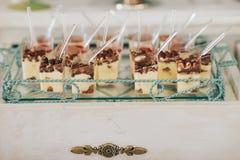 Wyśmienicie słodki bufet z babeczkami Słodki wakacyjny bufet z babeczkami i innymi deserami obrazy stock