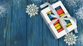 Wyśmienicie słodki ciastka macaron w białym prezenta pudełku Obrazy Royalty Free