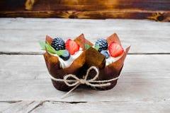 Wyśmienicie, słodkie babeczki, dekorowali z śmietanką, czekoladowa śmietanka, cynamon, kakao dekorujący z świeżą, naturalną, orga zdjęcie royalty free