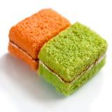 Wyśmienicie słodkiej szyfonowej babeczki miękkiej części słodki tort na białym naczyniu Fotografia Stock
