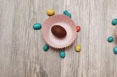 Wyśmienicie sezonowy czekoladowy Wielkanocny jajko z tło barwiący Easter jajek eps8 formata czerwony tulipanu wektor obrazy stock