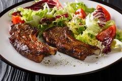 Wyśmienicie smażący jagnięcy kotleciki słuzyć z świeżego warzywa sałatką w górę talerza dalej horyzontalny obrazy stock