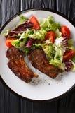 Wyśmienicie smażący jagnięcy kotleciki słuzyć z świeżego warzywa sałatką w górę talerza dalej Pionowo odgórny widok obrazy stock