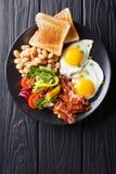 Wyśmienicie smażący jajka, bekon, fasole, grzanka i świeży warzywo sa, fotografia royalty free