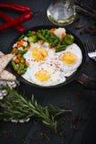 Wyśmienicie, smakowici warzywa na niecce, smażący i mieszanka Odgórny widok drewniany tło Fotografia Stock