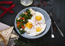 Wyśmienicie, smakowici warzywa na talerzu, smażący i mieszanka Fotografia Stock