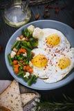 Wyśmienicie, smakowici warzywa na talerzu, smażący i mieszanka Odgórny widok drewniany tło Fotografia Stock