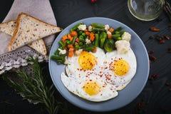 Wyśmienicie, smakowici warzywa na talerzu, smażący i mieszanka Odgórny widok drewniany tło Fotografia Royalty Free